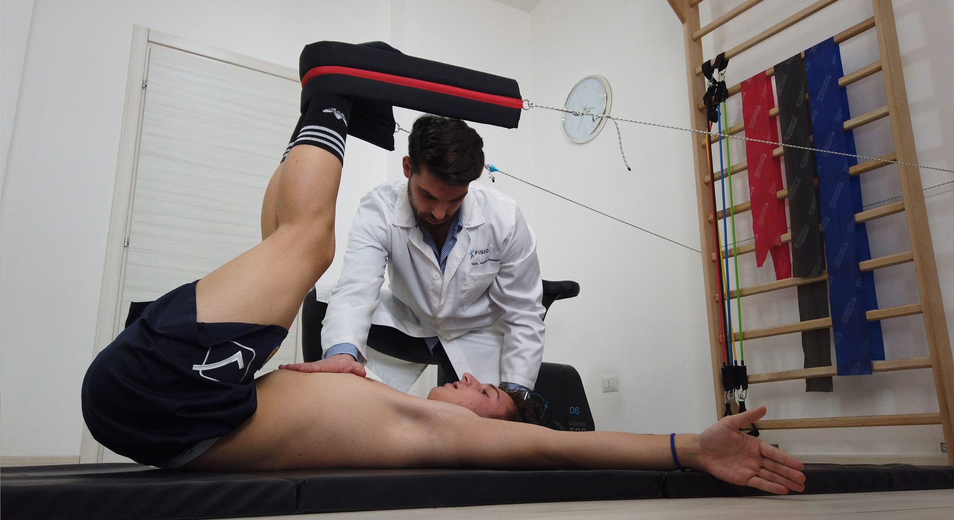 Il fisioterapista alle prese con una seduta di ginnastica posturale applicando il metodo Mezieres