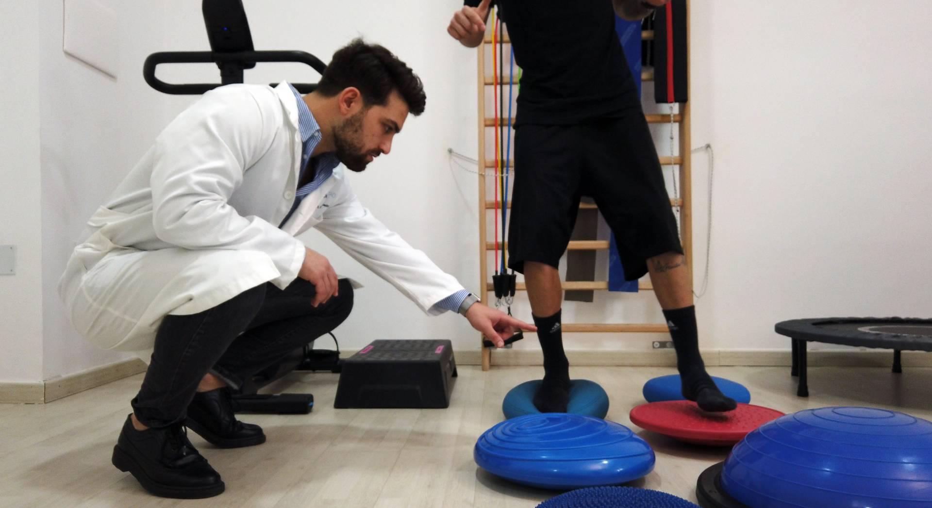 Il fisioterapista alle prese con una seduta di Ginnastica Posturale