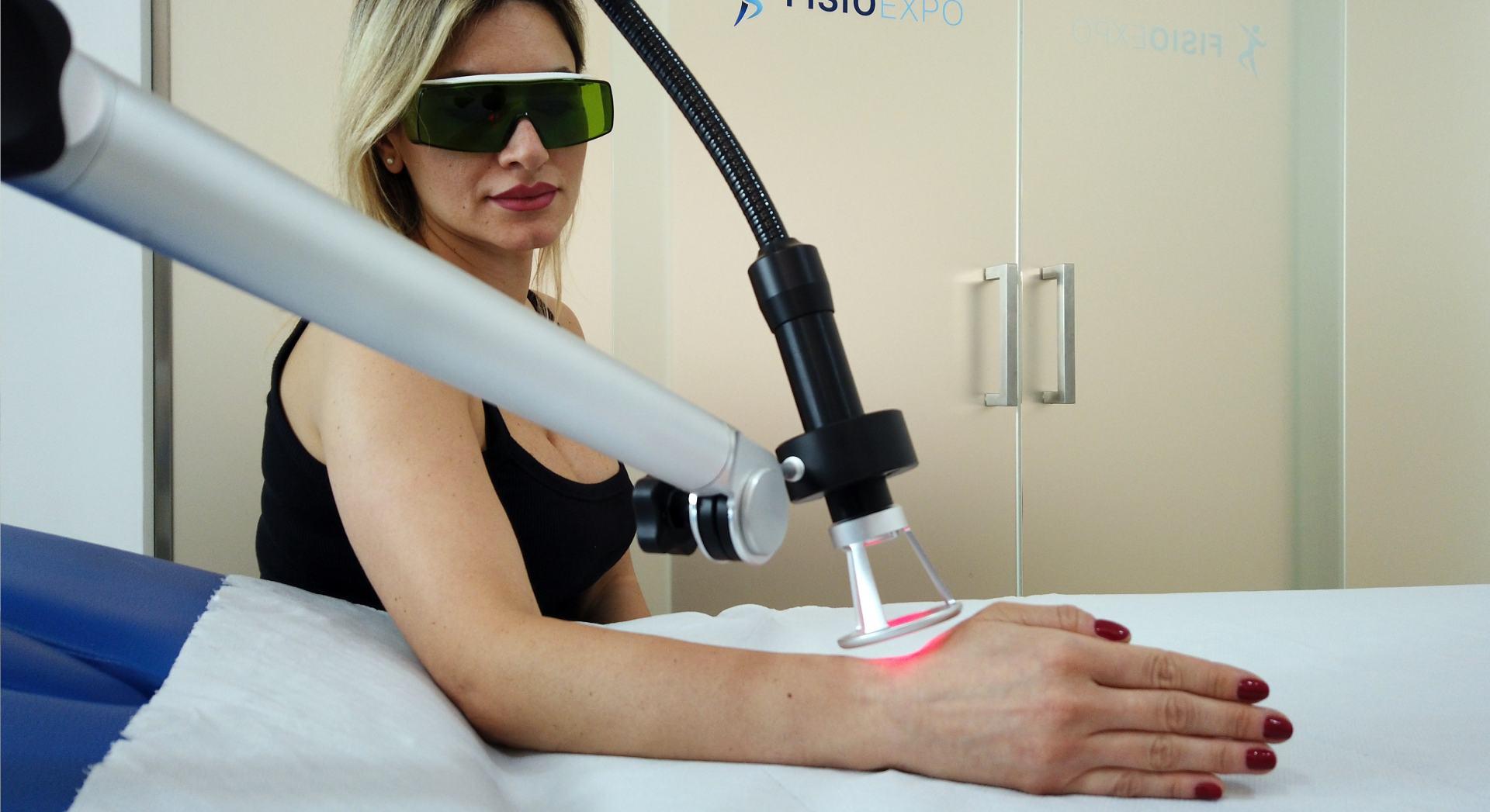 Una paziente alle prese con una seduta di laserterapia
