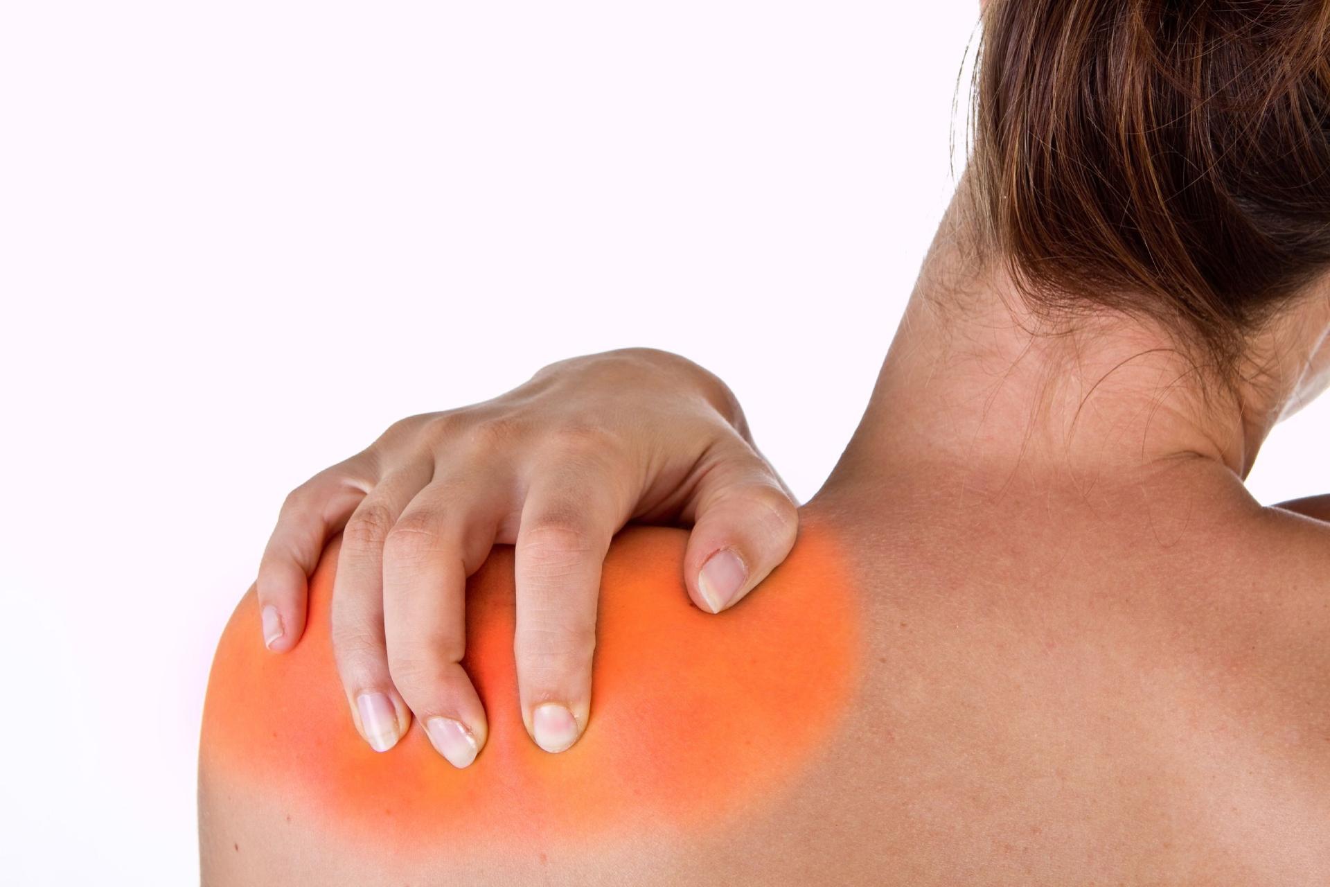 Una paziente soffre di dolori alla spalla che potrebbe curare con una terapia ad onde d'urto