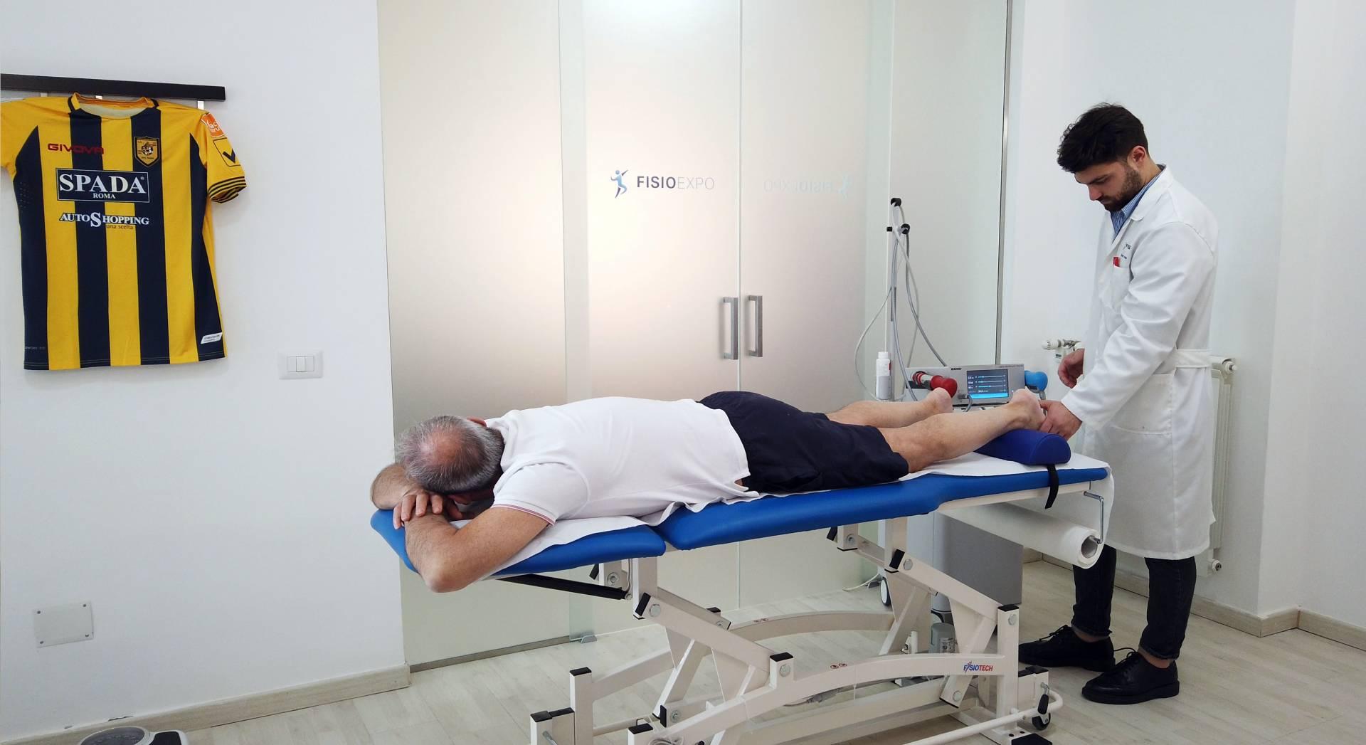 Una seduta di terapia ad onde d'urto per la spina calcaneare