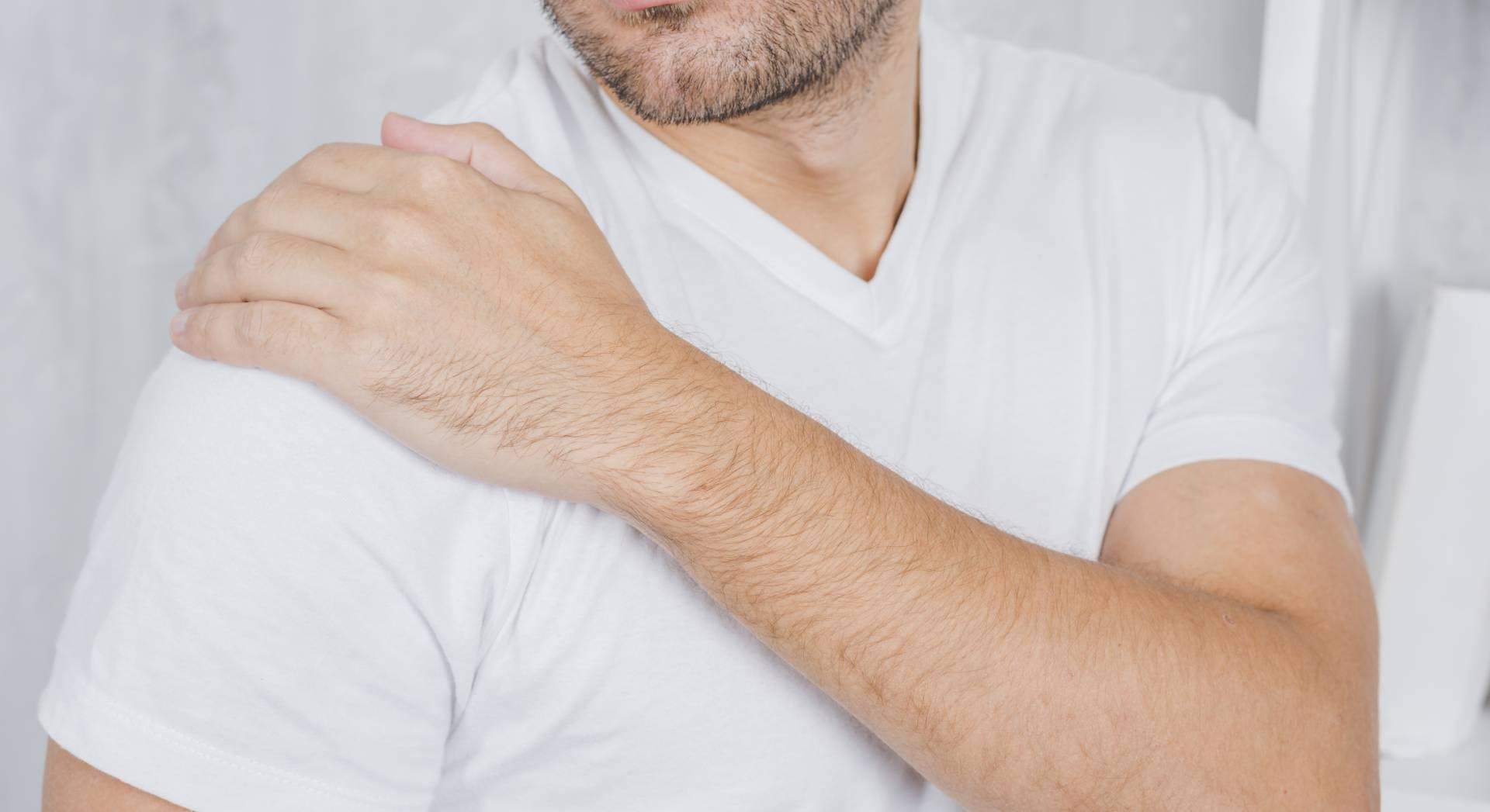 Un paziente soffre di dolori alla spalla che potrebbe curare con sedute di tecarterapia