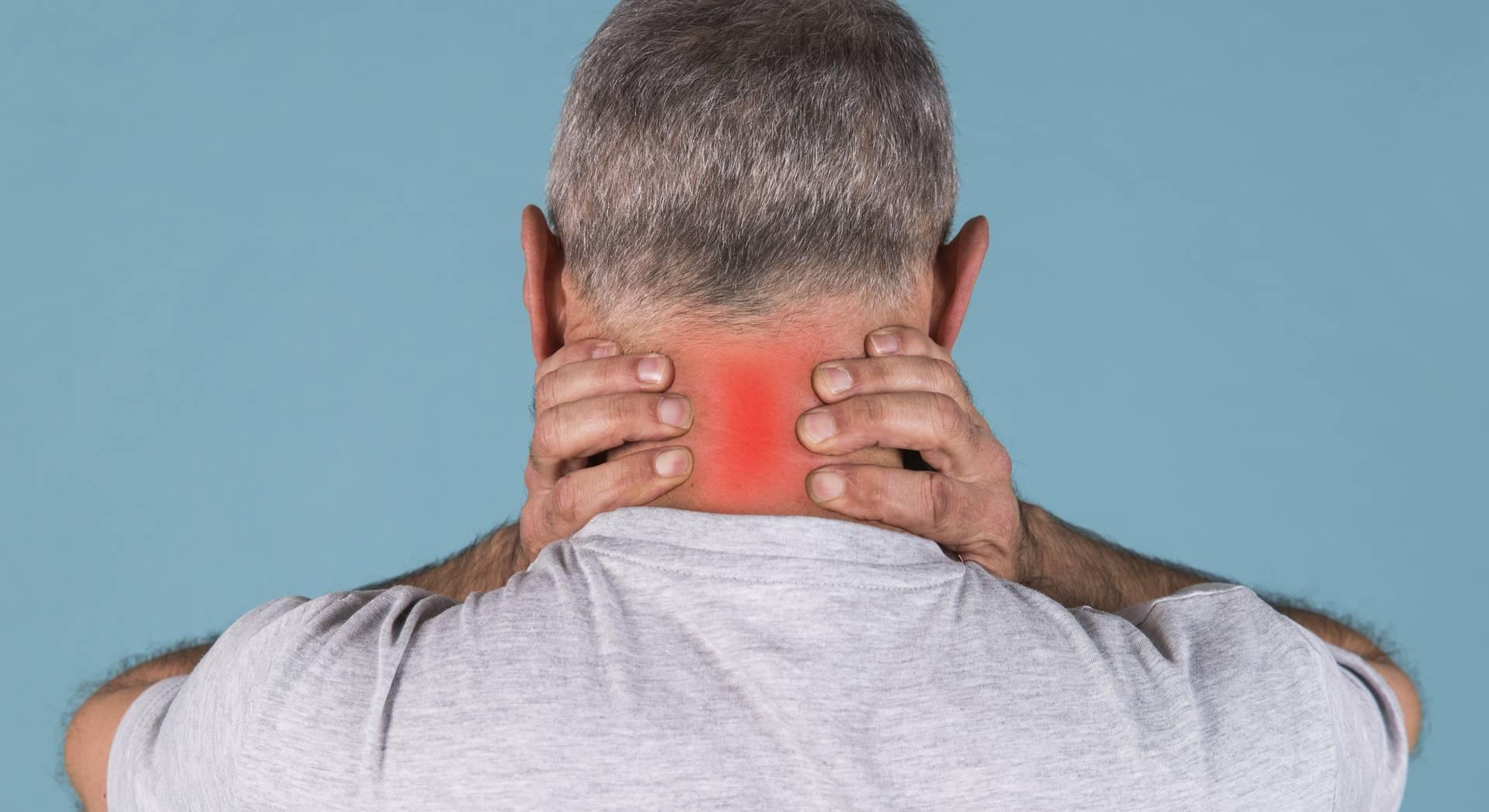 Un paziente soffre di dolori cervicali che potrebbe curare con delle sedute di tecarterapia