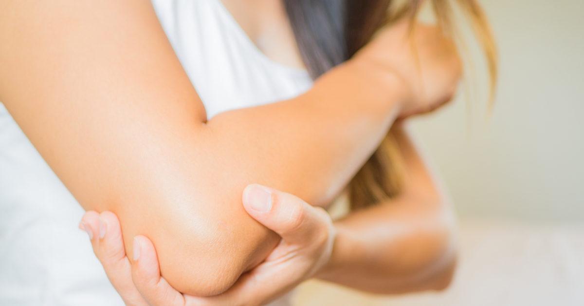 Una paziente soffre di dolori al gomito che potrebbe risolvere con una seduta di tecarterapia