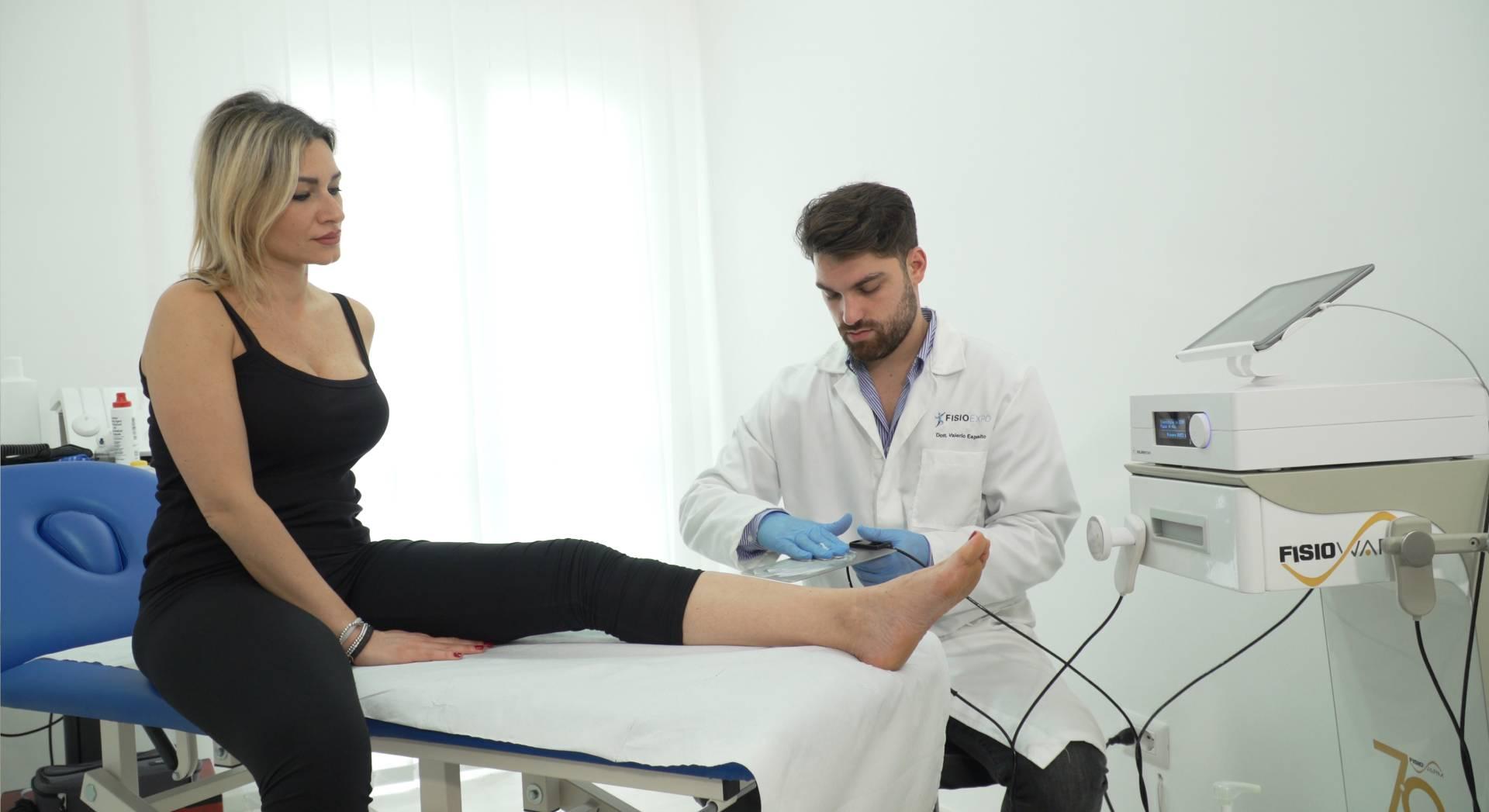 Una seduta di tecarterapia al piede